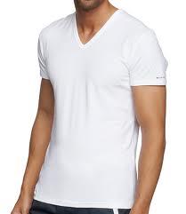 Ici un bon t-shirt col V assez ajusté. La longueur et la coupe sont parfaits, et le col n'est ni trop profond ni trop serré.