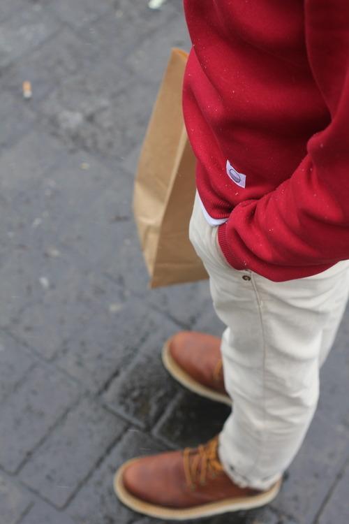 Pull rouge, couleur vive qui dynamise la tenue, le jean crème et chaussures marron adoucissent cette couleur.