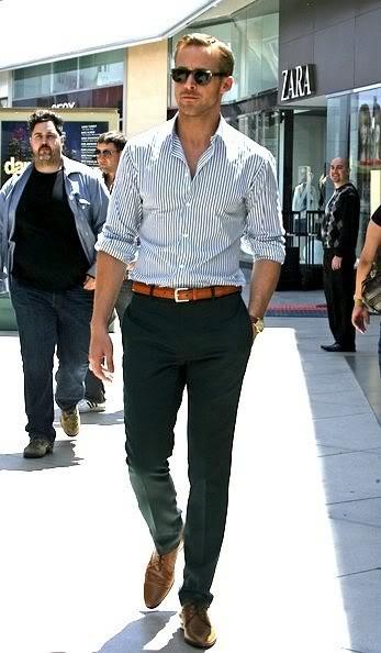 Chemise blanche à rayures bleues, ceinture cuir marron, chino bleu marine et  derbys marrons 0de1515294b